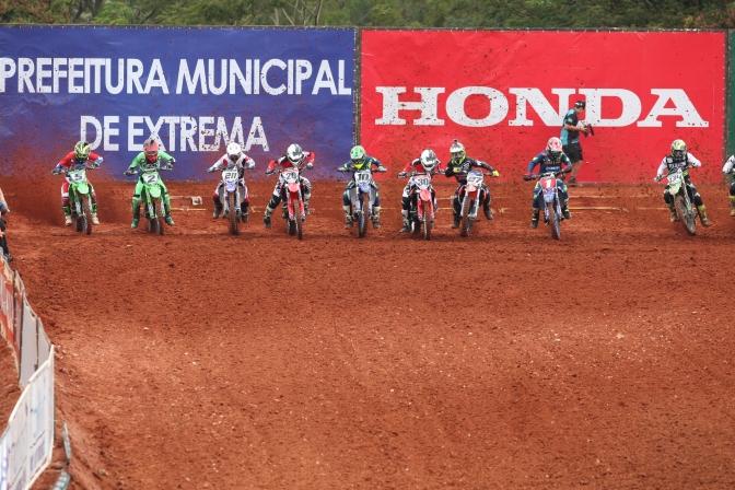 Pegas, tempo fechado e arquibancada lotada marcaram Brasileiro de MX em Extrema(MG)