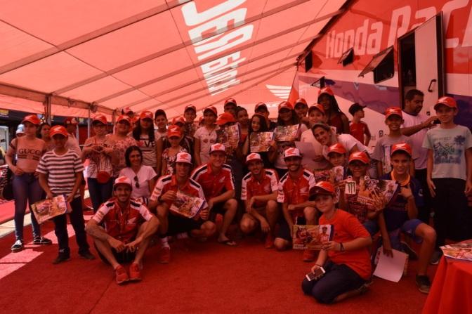 CBM promove tour nos boxes para crianças na abertura do Brasileiro de Motocross em MG