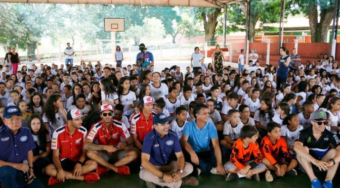 Pilotos do Brasileiro de Motocross visitam nesta sexta-feira(17) escola em Morrinhos (GO)